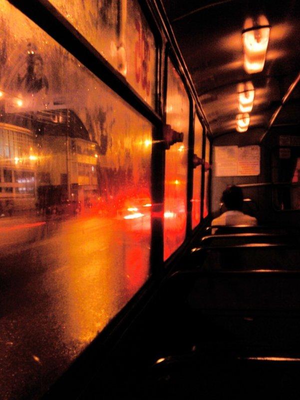 на улице дождь едет автобус изготовлении