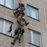 Мимо окошка весело позвякивая карабинами пролетала стайка альпинистов. :: Владимир Кочкин