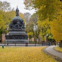 Туристы и новгородцы любуются красотой золотой осени :: Олег Фролов