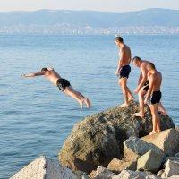Прыжки в Чёрное море :: Сергей М