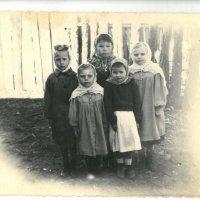 Старшая сестренка с подружками :: Геннадий Лосев