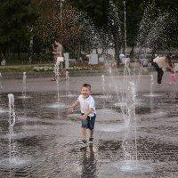Пробежки под фонтаном :: Валерий Чернов
