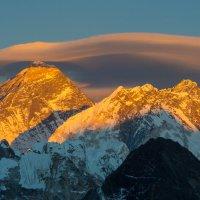 Эверест, Нупцзе и Лхоцзе в лучах заката :: Виталий Жиров