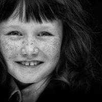 Девочка с веснушками :: Айк Манвелян