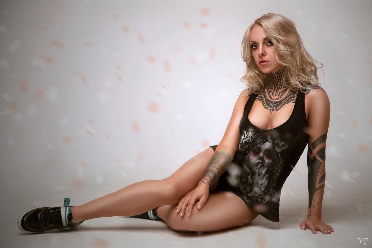 Татуированная блондинка м фото 389-272