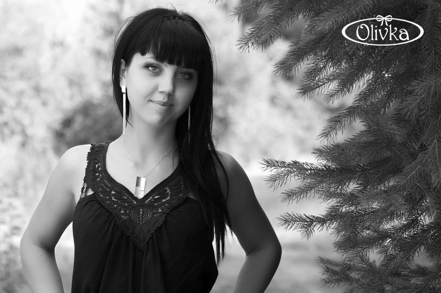 Девушка около ели - OLIVKA Olivka