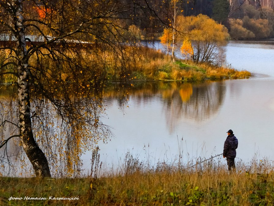 осенний пейзаж с рыбаком
