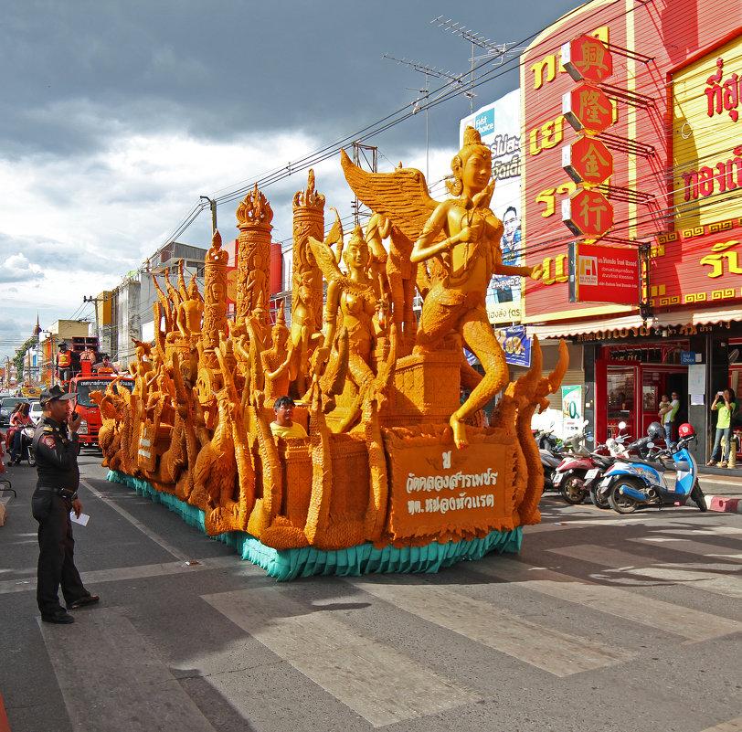 Таиланд. Корат. Готовится процессия фестиваля восковых фигур - Владимир Шибинский