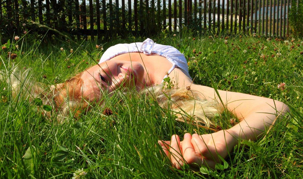 В траве. - Paulina Geseltin