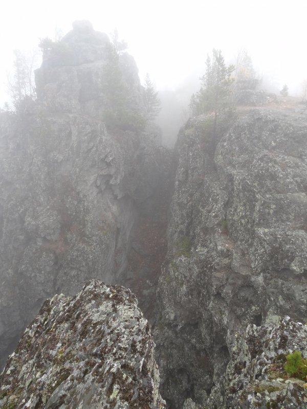 Расщелина в горах. - Наталья Иванова