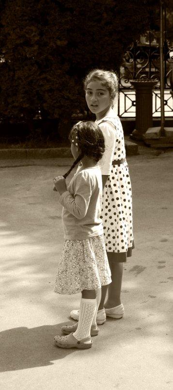 две маленьких девчонки - Андрей Махнык