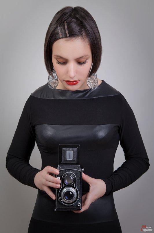Девушка со старой камерой - Максим Логунов