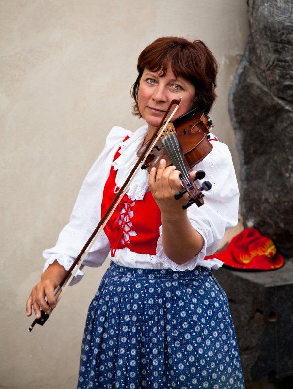 Уличная виолончелистка - Максим Логунов
