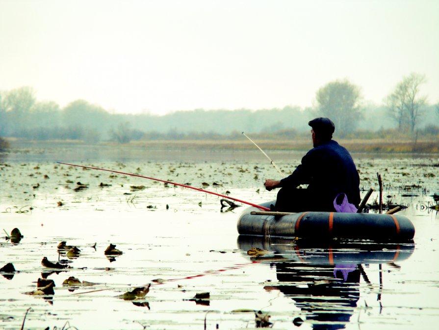 весенняя рыбалка на карася с лодки на озерах видео