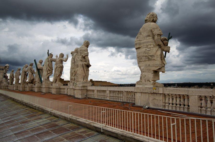 КОНКЛАВ.  Апостолы следят за  кардиналами. - человечик prikolist