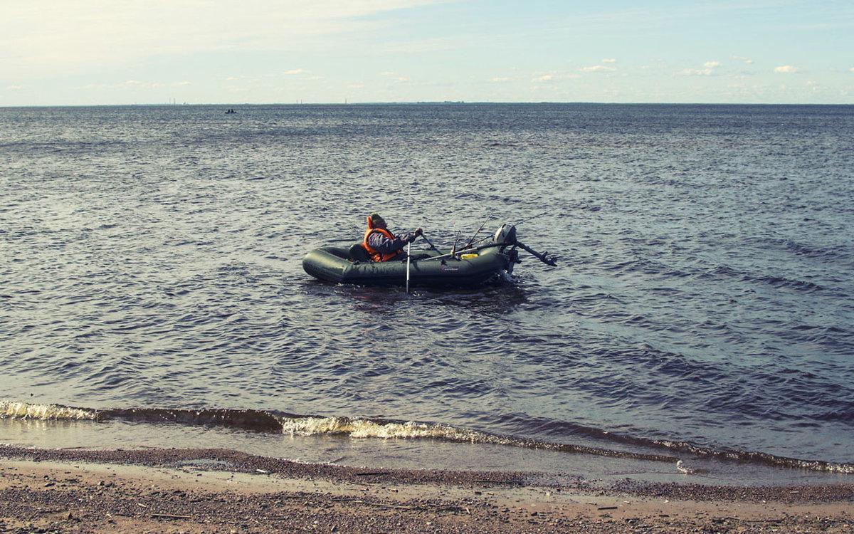 лодка приплыла к берегу
