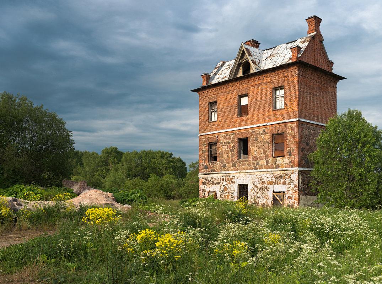 Дом с привидениями - Роман —-