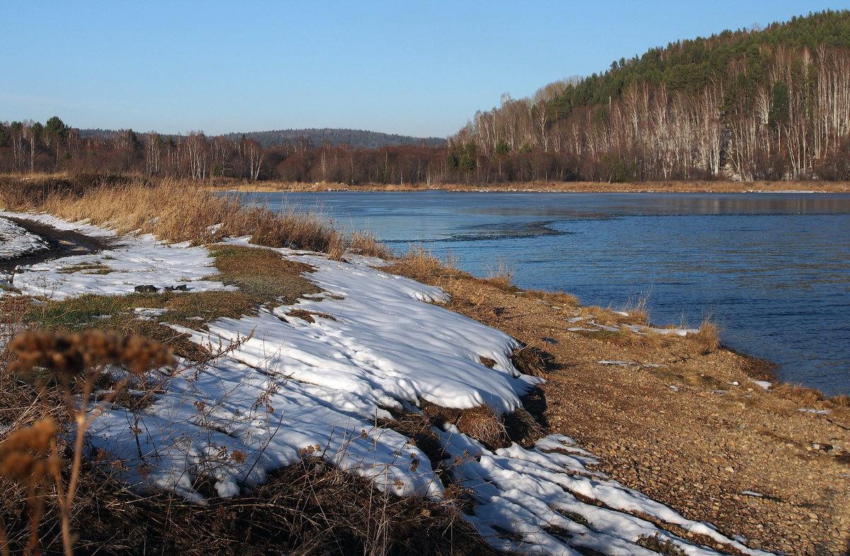 Постепенно осень вытесняя,белым снегом землю покрывая,к нам приходит зимушка-зима... - Александр Попов