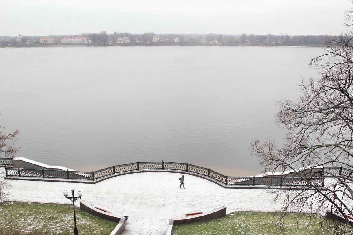 Ярославль,Набережная Волги. Первый снег. Идет женщина - Олег