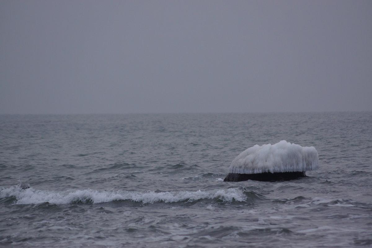 Море и камень в воде. - Максим Воробьев