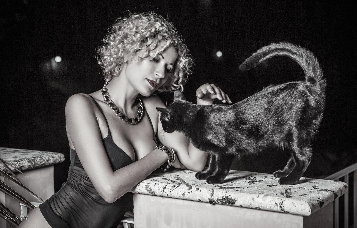 chica blanka y gata negra - Маргарита Васюкова