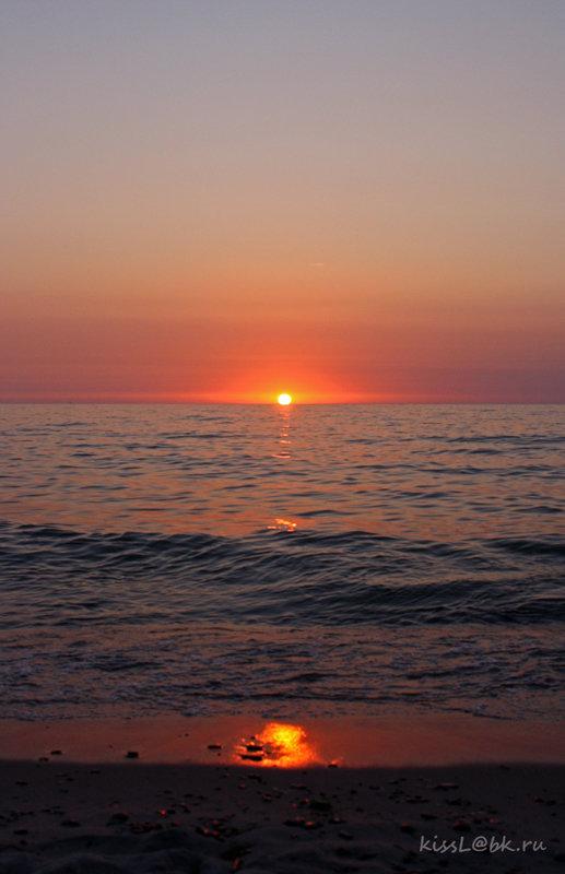 На небе только и разговоров, что о море и о закате. ..(с) - Elena N