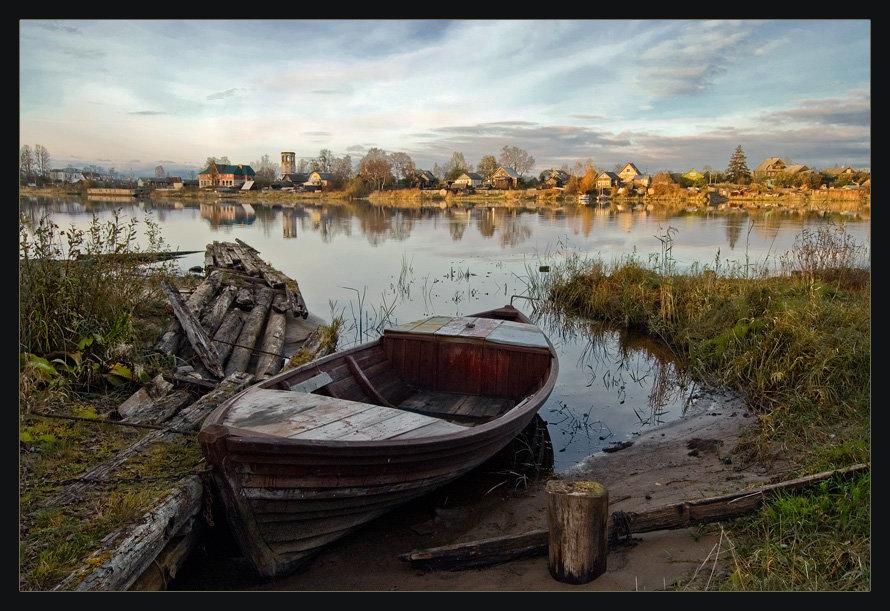 разбитые лодки на берегу