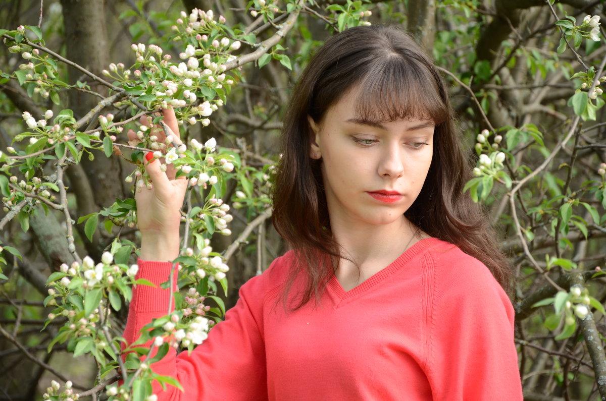 Девушка у яблони - Вета Жаринова