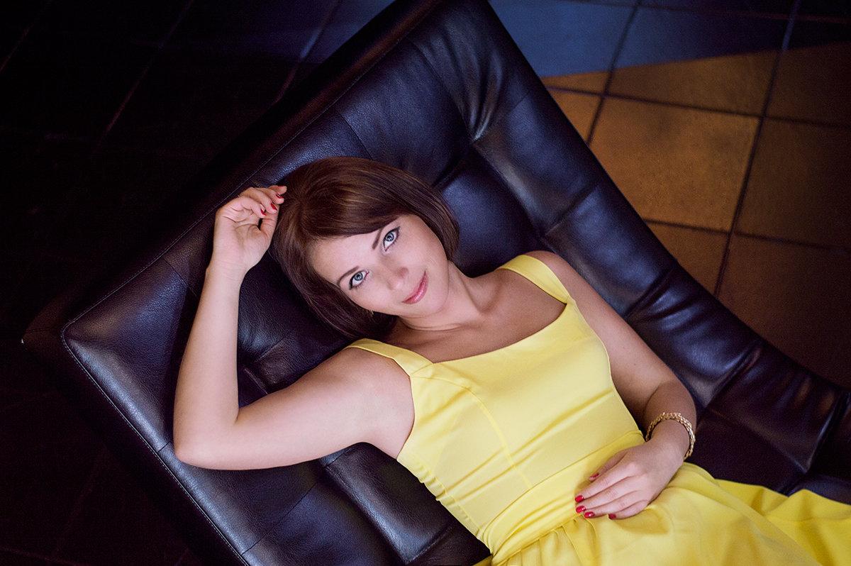 Девушка в желтом - Анастасия Рычагова