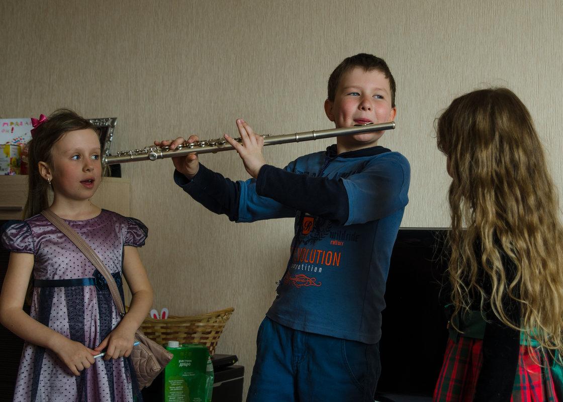 Мальчик играет для девочек - Anatolyi Usynin