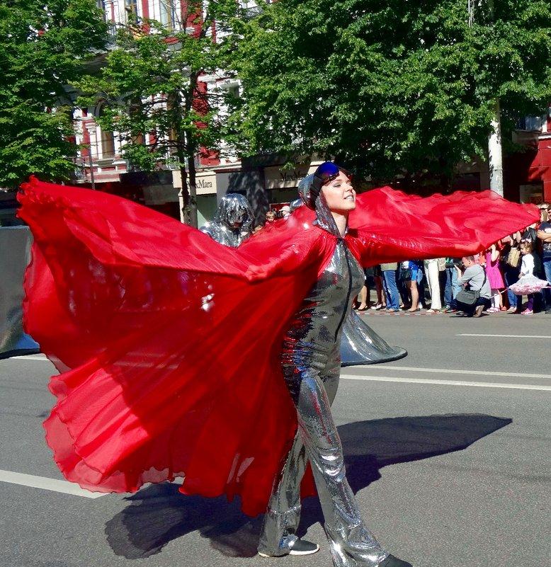 """Участница парада уличных театров """"Цветные облака"""". - Чария Зоя"""