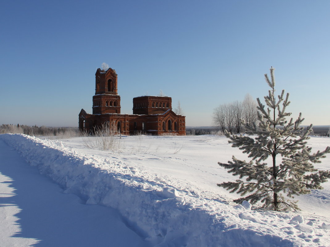 Посреди огромного поля разрушенная церковь... - Александр Широнин
