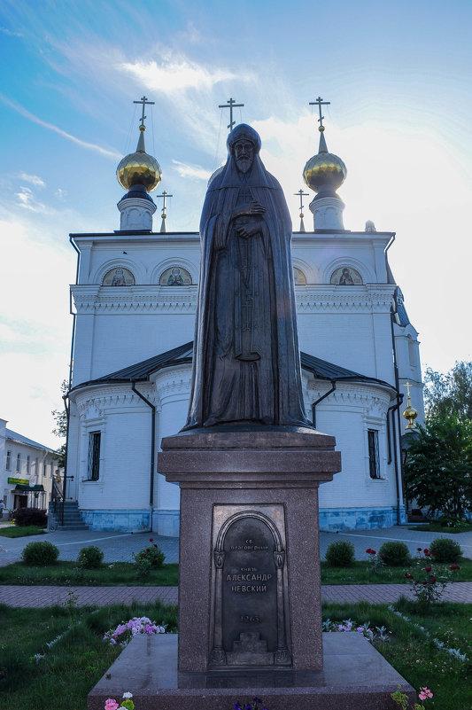Памятник Александру Невскому во внутреннем дворе храма в Малом Китиже - Сергей Тагиров