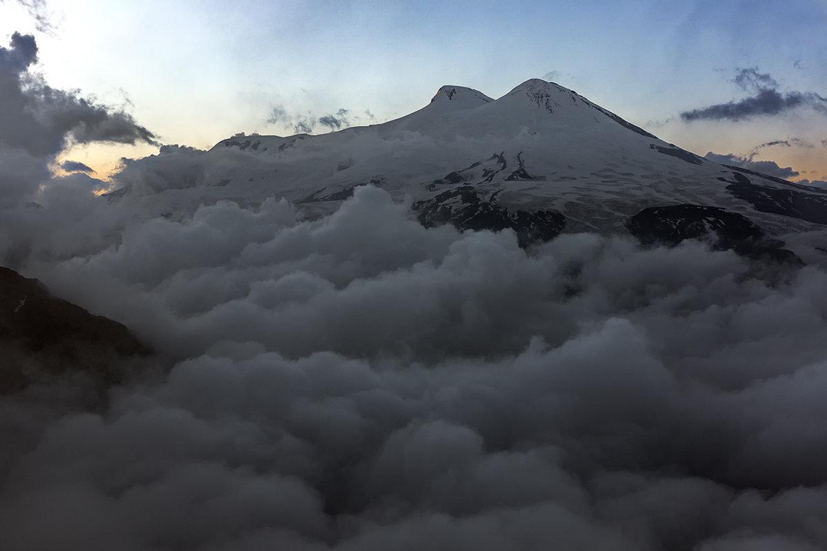 Эльбрус над облаками. - Александр Хорошилов