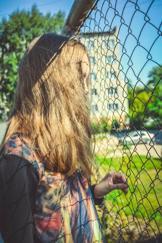 через сетку смотрит - Света Кондрашова
