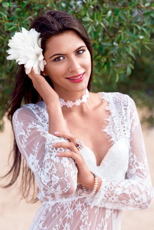 Девушка с белым цветком - Ivan S.