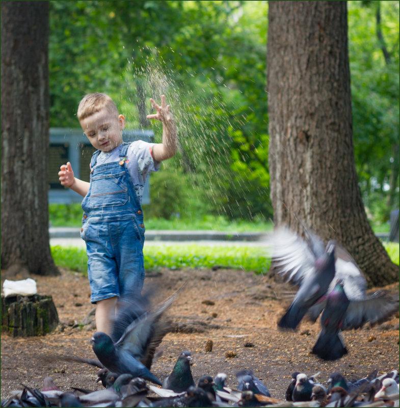Мальчик кормящий голубей - Олег Карташов