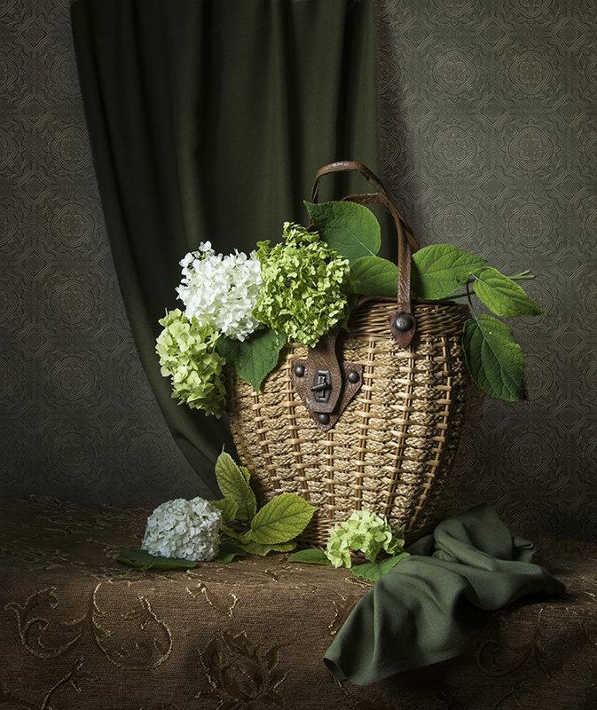 Плетёная сумка с зелёными гортензиями. - Людмила Костюченко