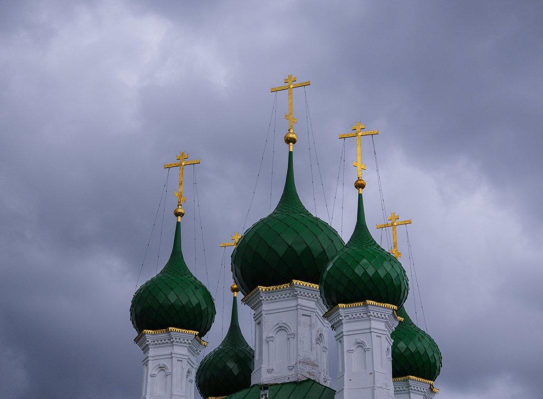 Купола церкви на фоне пасмурного неба - Сергей Тагиров