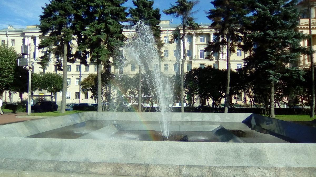 Городской пейзаж.Фонтан с радугой. (Санкт-Петербург). - Светлана Калмыкова