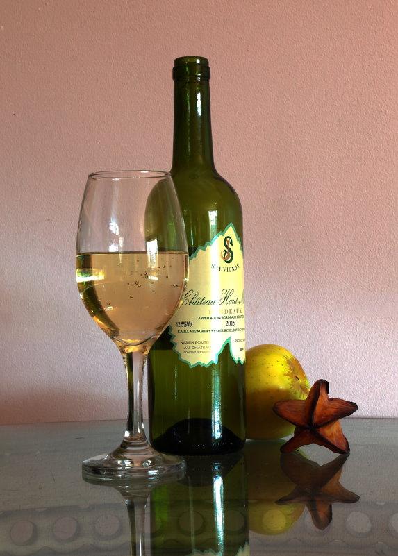 Бордо в окружении бокала,яблока и ... карамболы - Leha F