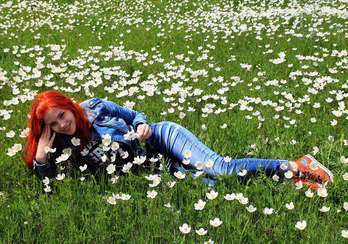 Рыжая русалка на цветущем лугу - Екатерина Торганская