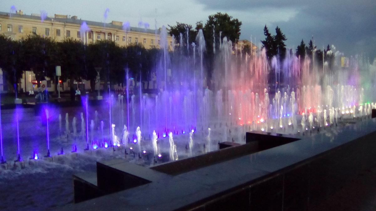 Фонтаны с подсветкой около Финлянского вокзала. (Санкт-Петербург). - Светлана Калмыкова