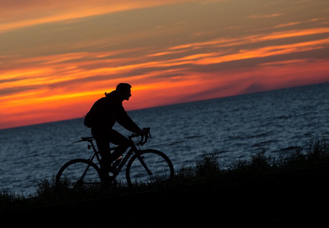 Вечером на велосипеде. - Юрий