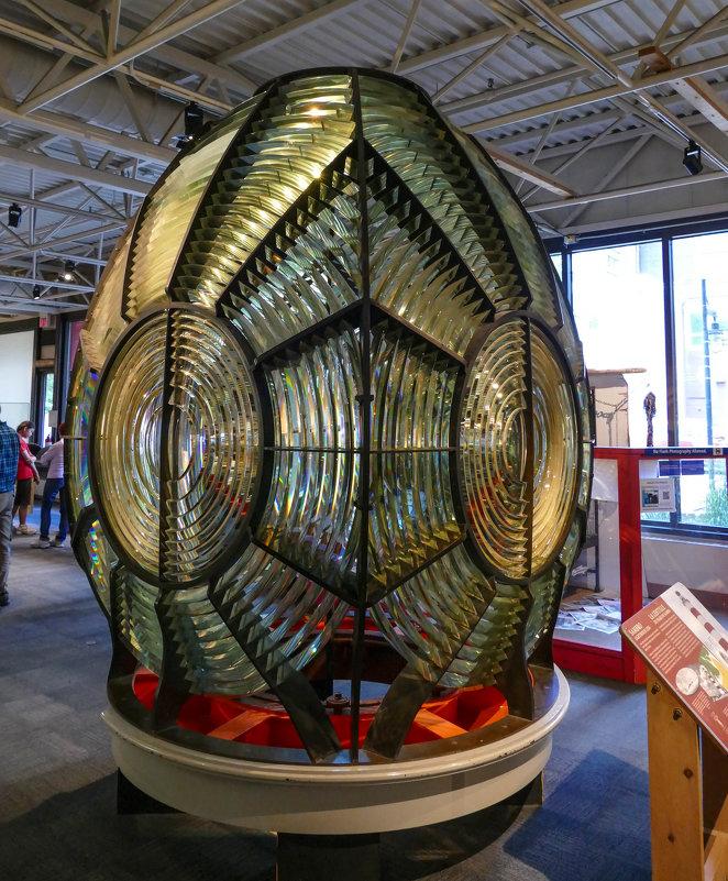 Всевидящий монстр расположенный внутри маяка...(Морской музей, г.Галифакс, Канада) - Юрий Поляков