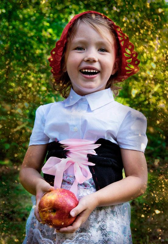 Красная Шапочка и красное яблочко - Нина
