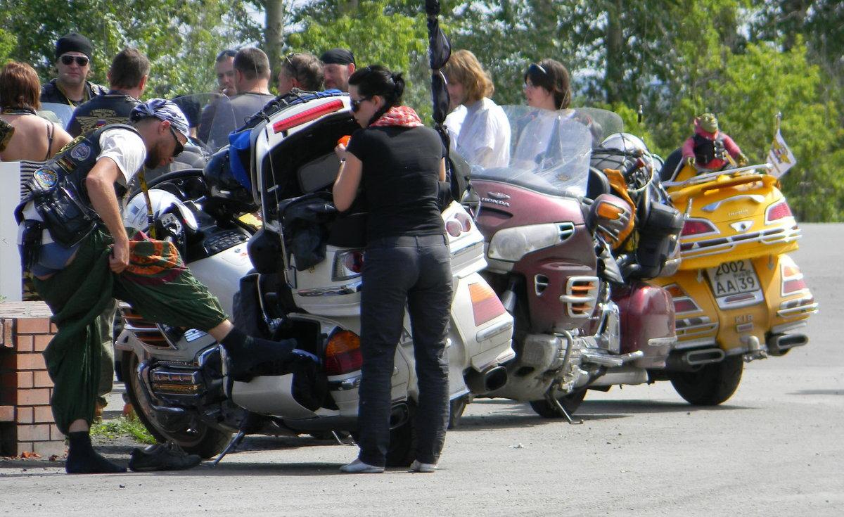 Байкеры на автозаправке Грани Алтая на границе с Новосибирской областью - Ирина Полозюк