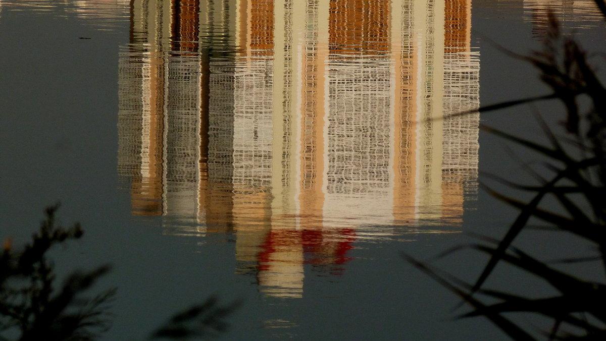 окна смотрятся в озеро - Александр Прокудин