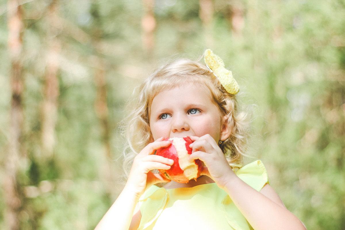 девочка с яблоком - Yana Odintsova