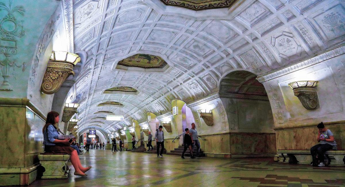 Москва. Станция метро Белорусская. - В и т а л и й .... Л а б з о'в